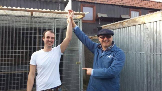 Impreuna cu Bart Geerincks :) . Porumbeii lui Bart sunt cei mai buni porumbei de general din Belgia in ultimii 5 ani , fiind cei mai cautati porumbei din lume la ora actuala . Si de la Bart , un lot de 20 de pui va ajunge in aceasta vara la Bucuresti